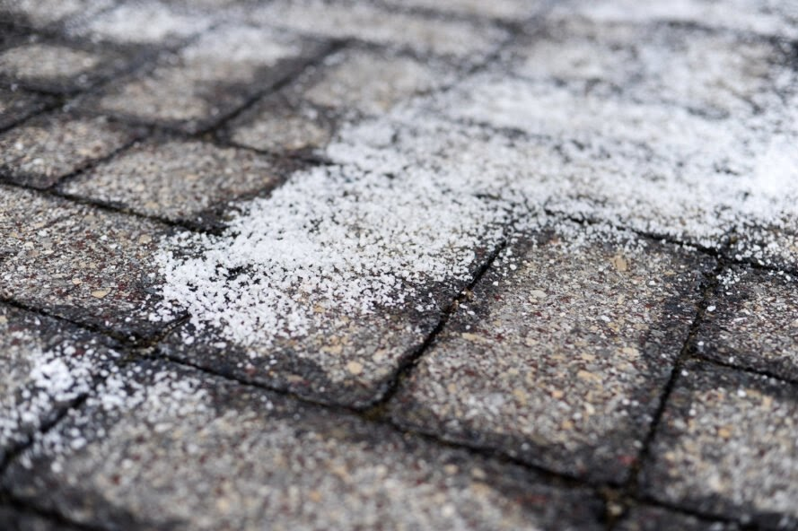 Hardscape-friendly de-icers for asphalt, brick, and concrete
